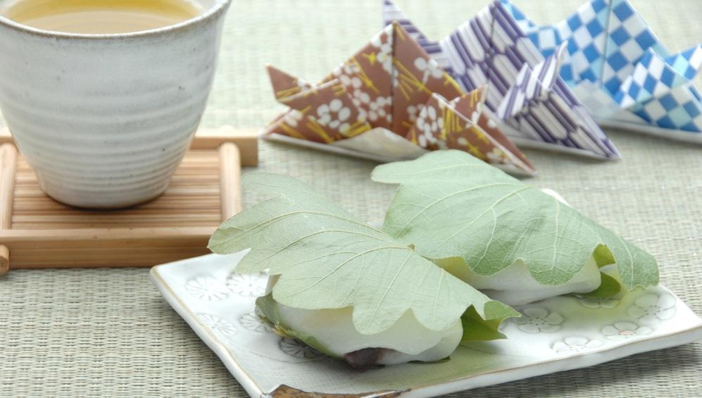 Ez a nagyon igényesen tálalt édesség a japán gyereknapi tradicionális rizses sütemény.  (Shutterstock)