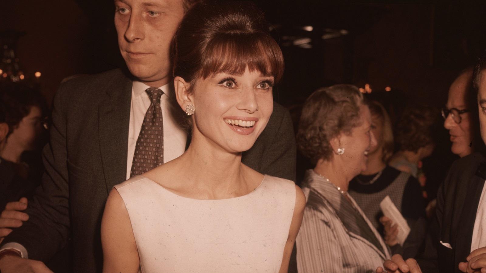 A törékeny alkatú, bájos arcú színésznő szép mosolyával és visszafogott öltözködésével a mai napig sok nő és lány ikonja - annak ellenére, hogy magát túlságosan vékonynak, és nem nem túl csinosnak tartotta. Halála után is abszolút divatikonnak számít. (Getty Images)