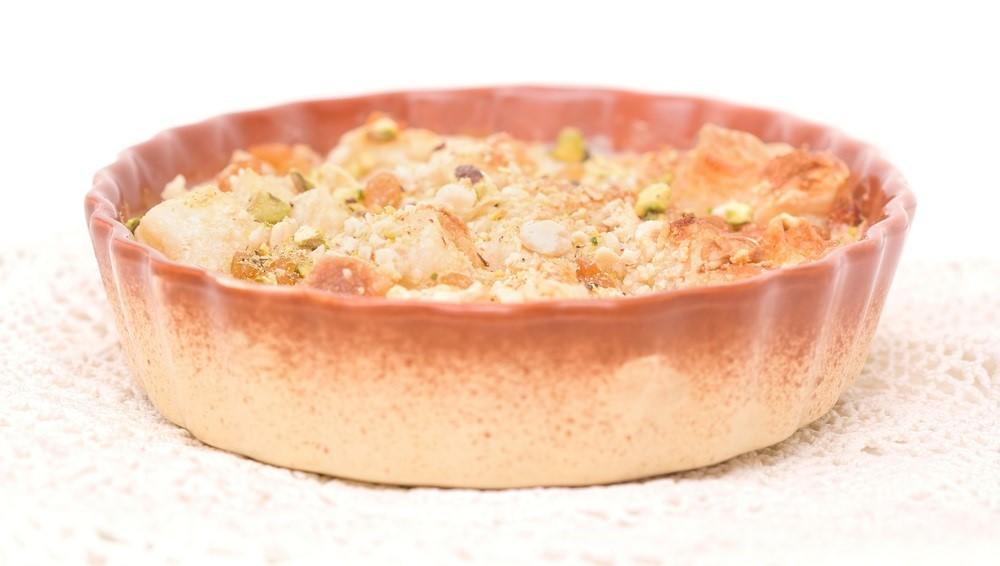 Az Um Ali egy egyiptomi édesség. Külsejét a leveles tészta adja, kell még hozzá kókuszreszelék, mazsola, magvak és vanília. Jól hangzik! (Shutterstock)