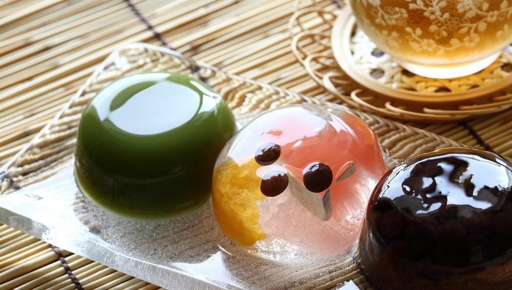 Kicsit a kocsonyás a látványa, de annál azért masszívabb ez a japán édesség. Hogy miből készül? Azuki babból, agar-agarból és cukorból. (Shutterstock)