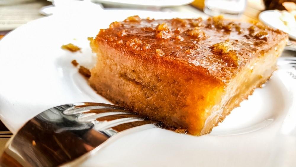 Híres török költőről kapta ez a desszert a nevét. Grízes, laza piskóta az alapja, de biztos, ami biztos a kész piskótát fűszeres cukros sziruppal locsolják meg. (Shutterstock)