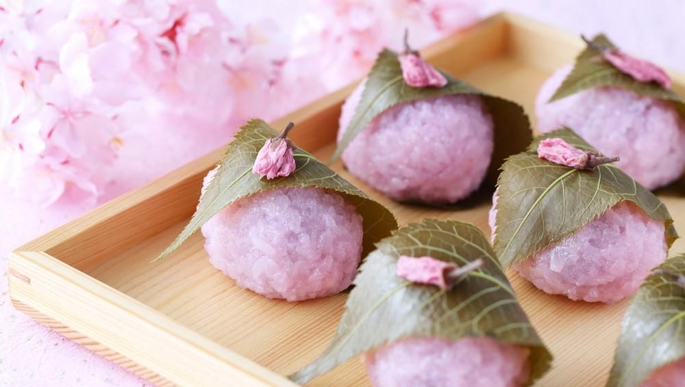 A sakura mochi az alap mochi cseresznyevirágra hangolva, vörösbabpasztával töltve (hú!), savanyított cseresznyelevélbe tekerve. Most cseresznyevirágzás idején igazán időszerű! (Shutterstock)