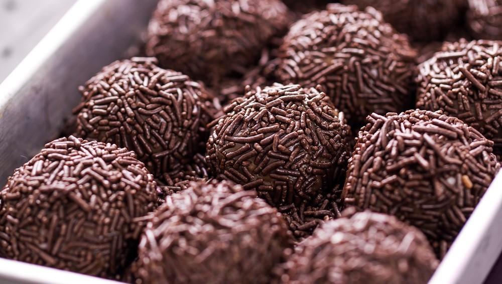 A brigadeiro közismert desszert Brazíliában. A sűrített tejből, kakaóporból és csokoládéforgácsból készülő kis golyók nagyon hasonlítanak a trüffel golyókra, de még annál is töményebbek : ) (Shutterstock)