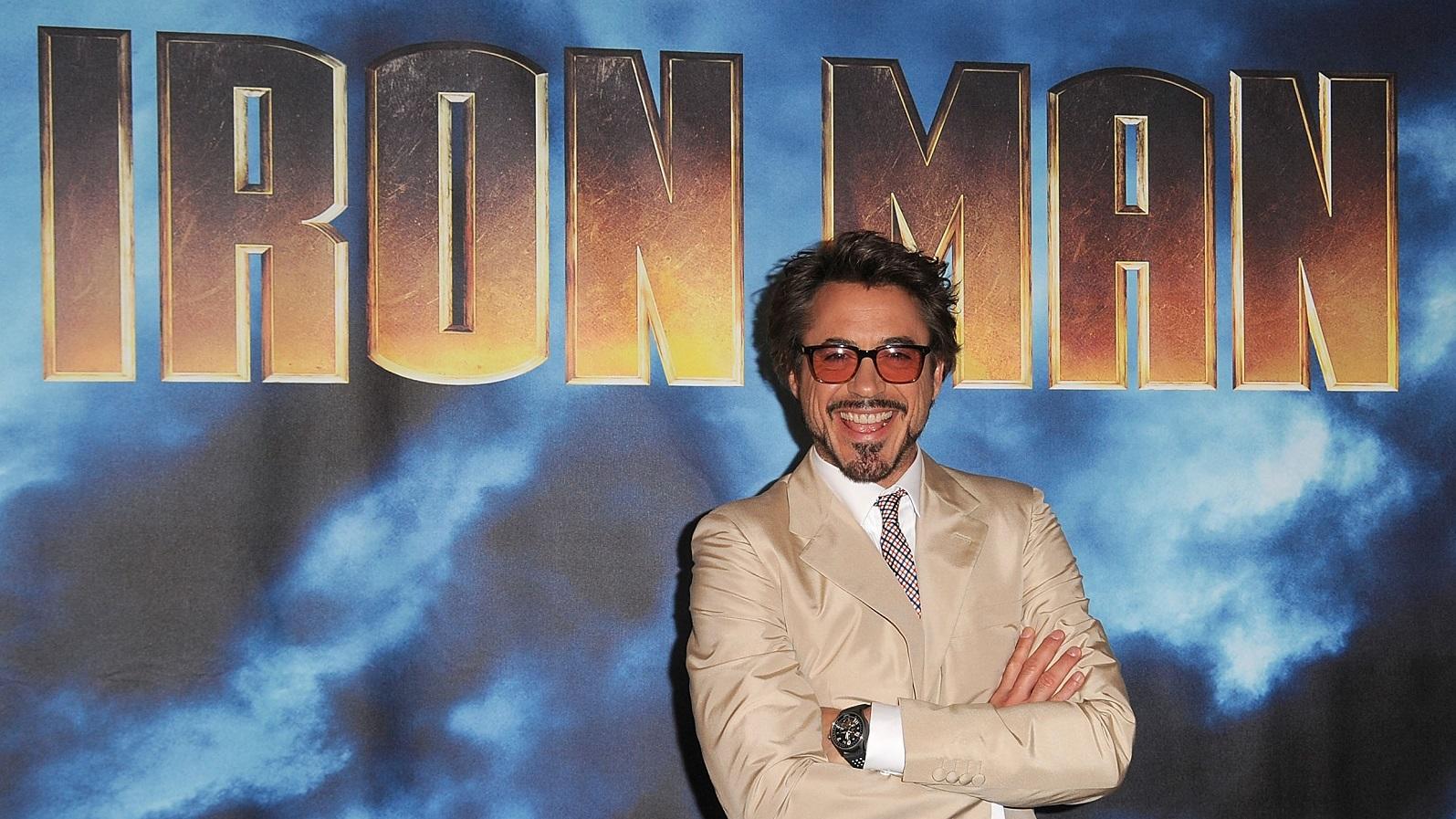 """Míg általában ez inkább elrettentette a rendezőket, Jon Favreau kifejezetten előnyösnek találta Downey Jr. múltját. """" Robert életének legborzalmasabb pillanatai a közönség előtt zajlottak. Az akadályok leküzdéséhez rá kellett találnia a belső egyensúlyra. Ez tisztára Tony Stark. """"Robert olyan mélységeket érint, melyek messze túlmutatnak egy szimpla képregényhős karakterén """"-mondta egyszer Favreau, majd hozzátette, hogy Stark, Downey-nak köszönhetően egy """"szerethető seggfej"""" lett. (Getty Images)"""