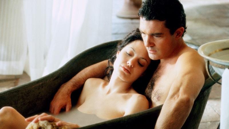 Angelina Jolie a femme fatale prototípusa ebben a filmben - szegény Antonio Banderast lelkileg, testileg, érzelmileg és anyagilag is totálisan tönkreteszi. De hát ki tudna ellenállni a szépségének?   (MGMStudios)