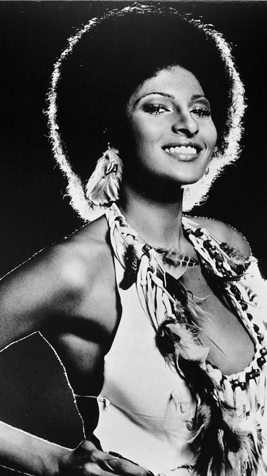 Pam Grier hatalmas és felejthetetlen afro frizurájával magabiztos női karaktereket alakított a 70-es évek blaxploitation filmjeiben.