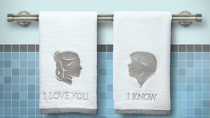 Végtelenül romantikus geek dekor, már ha van kivel megosztani a fürdőszobát. Ellenkező esetben csak reménykedni lehet, hogy egyszer lesz valaki, aki díjazza majd az ízlésünket. (Thinkgeek/ Disney)