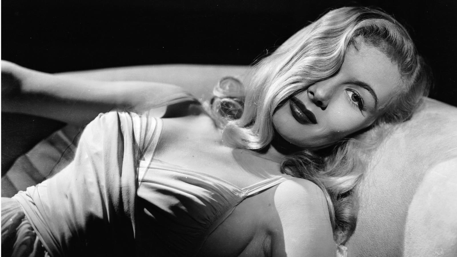 A 40-es évek szőke szexbombájáról mindenkinek a jobb szemét eltakaró, vállig érő, hullámos hajú színésznő ugrik be. Pedig a színésznő egyáltalán nem ragaszkodott ehhez az imidzshez, sőt a II. világháború alatt levágatta a haját, ezzel is bátorítva a gyárakban dolgozó a nőket, egy könnyen kezelhető haj viselésére.