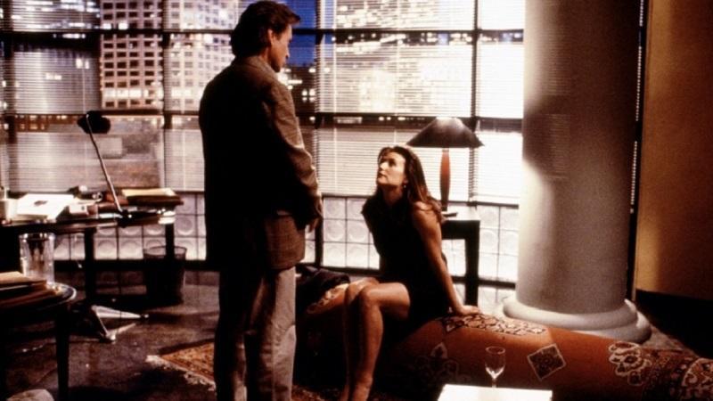 Úgy alakul, hogy Meredith Johnson az expasija, Tom (Michael Douglas) főnöke lesz. Mikor megpróbálja elcsábítani, a férfi ellenáll, ő pedig bosszúból bepereli szexuális zaklatásért, és ezzel megkezdődik a pokoljárás Tom és a családja számára.  (WarnerBros)