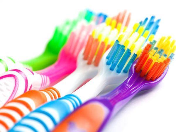 Göndör hajra a legjobb, ha egy fogkefére fújod a hajlakkot például, majd átfésülöd vele a problémás részeket.