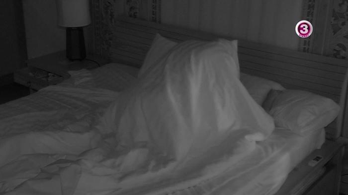 Amint Franciska exe kiment a szobából Tomi szinte egyből nekiesett a lánynak.