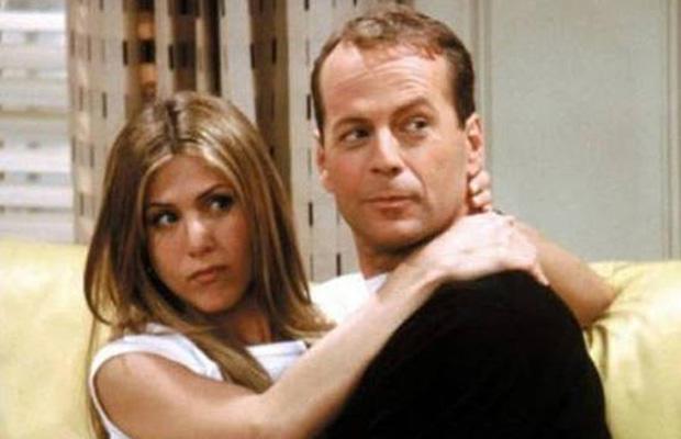 Bruce Willis ingyen vállalta a szereplést a sorozatban. Mielőtt elmorzsolnátok egy könnycseppet, elmondjuk, hogy Mr. Die Hard nem önszántából tette mindezt: Matthew Perry-vel fogadtak, hogy a Bérgyilkos a szomszédom sikeres lesz-e a mozipénztáraknál