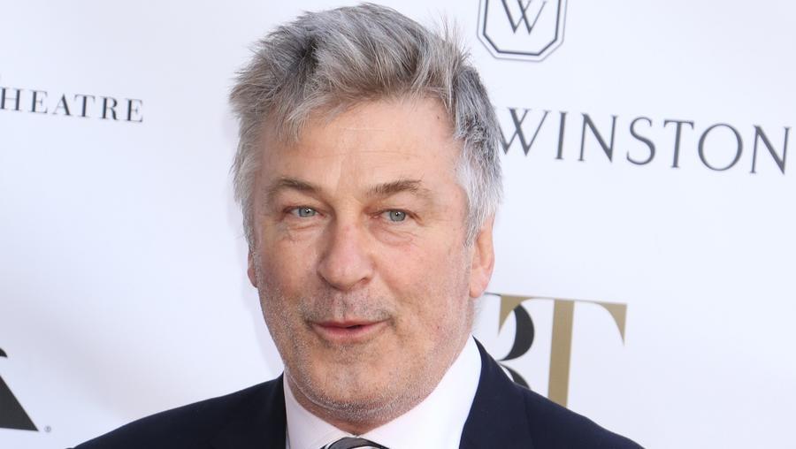 """Baldwin és Basinger harca a gyerekfelügyeletért Hollywood egyik legcsúnyább botránya volt. Egyik alkalommal a színész üzenetet hagyott a lánya hangpostáján, amiben """" csúnya, hülye disznónak"""" nevezi. Na, ez milyen? Persze aztán elnézés kért, de ez nem változtat azon, mekkora bunkó.  (Gregory Pace/REX/Shutterstock)"""