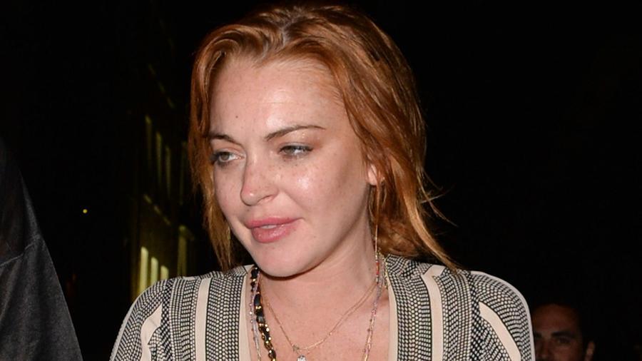 Két drogelvonó, három letartóztatás, sorozatos összeomlások exkluzív klubokban és nyilvános jelenetek az ex-barátnő, Sam Ronsonnal. Lindsay Lohan élete egy végtelen hosszú lecke arról, hogyan ne... teregesd ki a szennyest és told a képünkbe. Nagy kár, hogy ez az ígéretes színésznő karrierje okos építése helyett a gyorsító sávot választotta. (Palace Lee/REX/Shutterstock)