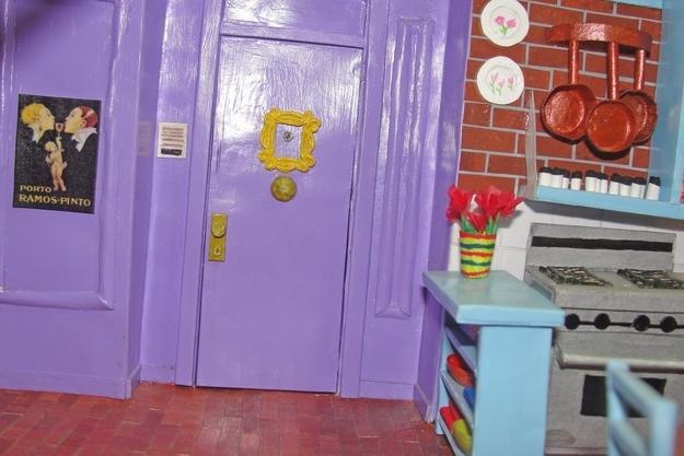 A híres lila ajtó, pedig pont annyira lila, mint a sorozatban volt. És a poszter is a helyén van!