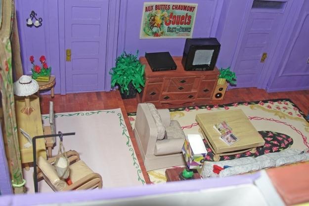 Viszont legalább jó is benne: Rachel és Monica lakását például egy az egyben lemásolta és lekicsinyítette. Mint látható, egyetlen apró részlet felett sem siklott el.