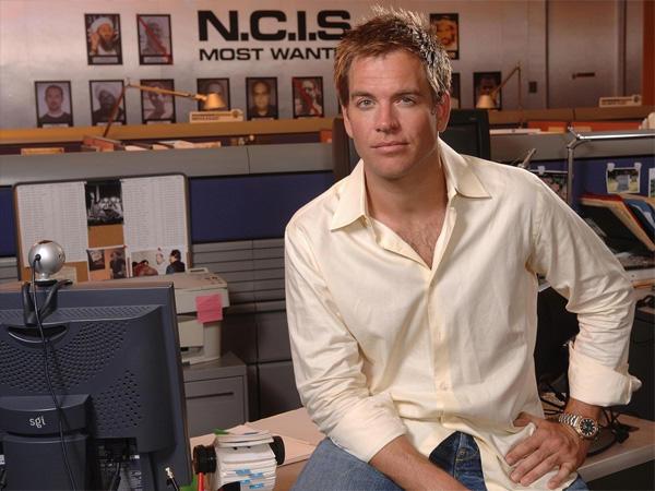 Sok karakter háttértörténetébe beleszőtték a színészekét. Például Michael Weatherly apja egy családi vállalkozásból szerezte vagyonát, ahogyan Tony apja is.
