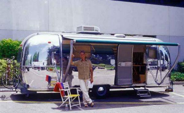A forgatásoknál Mark Harmon egy 1972-es Airstream alkókocsit használ öltözőként, amelyet saját maga újított fel.