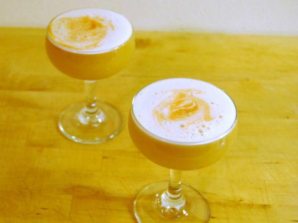 Ehhez a koktélhoz nincs szükséged másra, mint egy kis frissen facsart citromléra és egy kis minőségi bourbonre. Garantáltan észveszejtő kombináció!