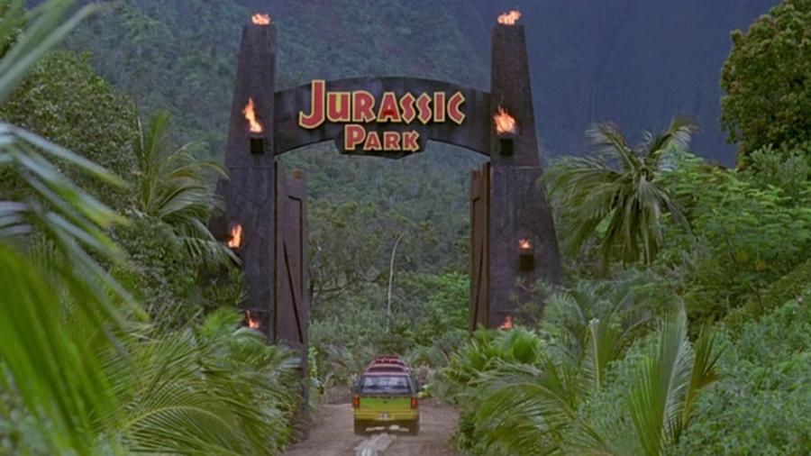 A Jurassic Park hatalmas siker volt a '90-es években, mindenki imádta a dinoszaurusz park ötletét! A film látványvilága jóval extrább volt, mint amilyet addig valaha láttunk. Ennek ellenére azért itt is találhatsz olyan bakikat, amikből látszik, hogy ez egy film, és sajnos nem egy igazi dinó vadaspark! Te kiszúrnád őket? Nézd a Jurassic Park filmeket az augusztus 10-i hétvégén a VIASAT3 műsorán! (Universal Pictures)