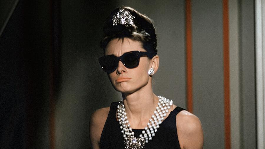 Talán nem a klasszikus értelemben, de sokan mondanák azt, hogy az Audrey Hepburn által megformált karakternek ott a helye egy női hősök listán. Holly Golightly a modern nő megtestesítője, szabad, egyúttal kérlelhetetlen az életvitelével kapcsolatban. (Paramount/Kobal/Shutterstock)