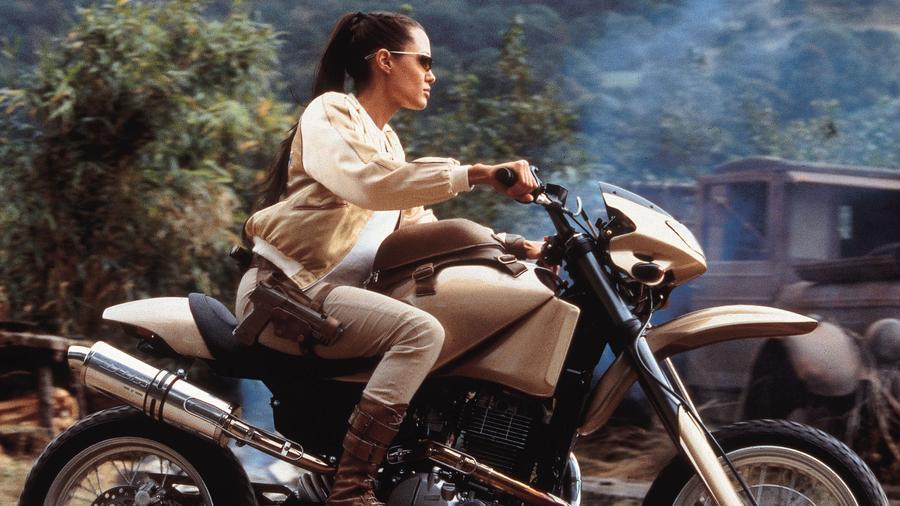 Indiana Jones női megfelelője, csak épp, ha lehet, még szexibb, még atlétikusabb és még jobban felfegyverzett, és az ellenfele egy gyilkos robot. Ja, és ő nem csak mozihős, hiszen Lara a videójátékok világából érkezett a vászonra. Bocs, Indy, de ezt a kört nem te nyered! (Paramount/Kobal/Shutterstock)
