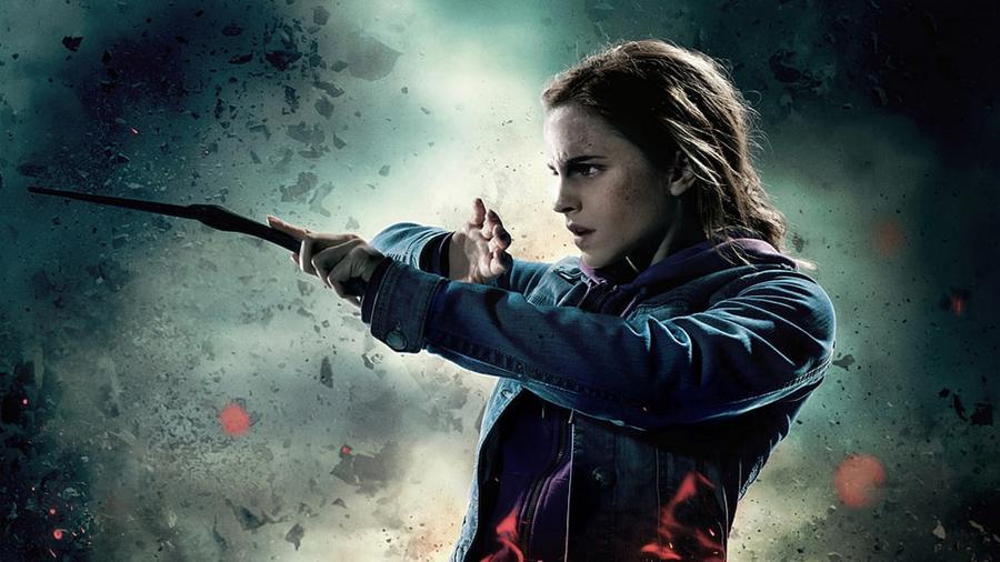 Hermione egyértelműen a legokosabb és legbátrabb növendéke a patinás boszorkány tanodának, a Roxfortnak. Nélküle Harry Potter tuti nem élte volna túl a megpróbáltatásait, és nem igen tudott volna megküzdeni a Sötét nagyúrral, Tudjukkivel. (Warner Bros.)