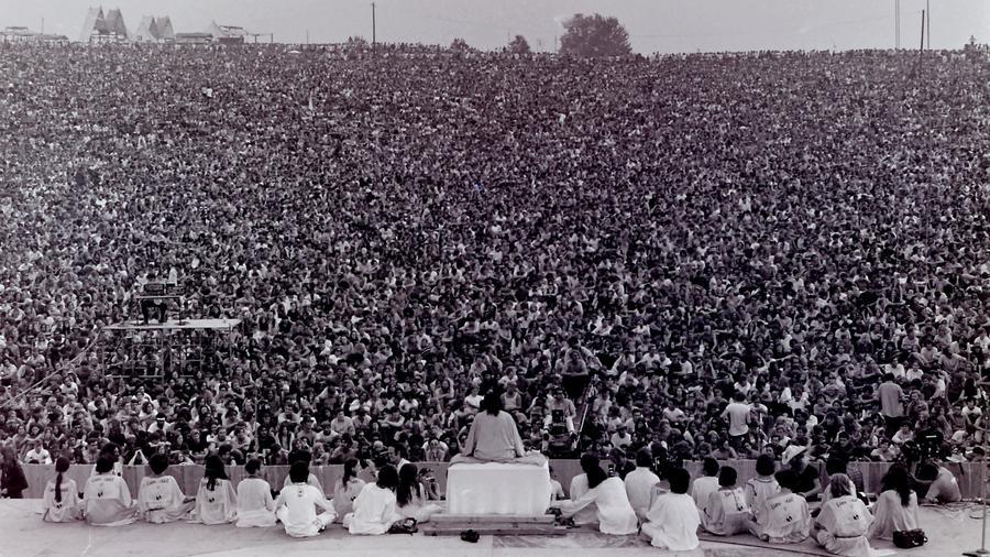 A Woodstock fesztivál legenda, a modern zenei tömegrendezvények alfája. Majdnem félmillió ember, Janis Joplin, Jimi Hendrix és megannyi más fellépő mellett Santana. Béke és szerelem: kell ennél több egy őrült bulihoz? (Wikipedia)