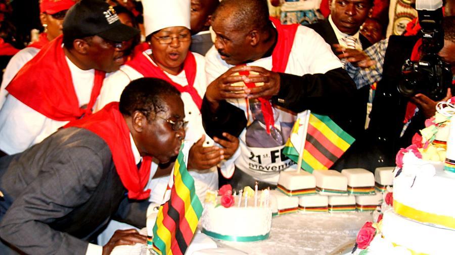 A fehérek ellen pogromot hírdető, a feketéket és országát, Zimbabwét sose látott nyomorba taszító Robert Mugabe 95 évig élt, tavaly szeptemberben hunyt el. Brutális rezsimjének leggyomorforgatóbb perverziója a saját születésnapjának megünneplése volt, amire minden évben akár dollármilliókat is képest volt elkölteni, miközben a lakosság éhezett, és a nyomor elől inkább dél-afrikai gettókba menekült. (Keystone/Zuma/Shutterstock)