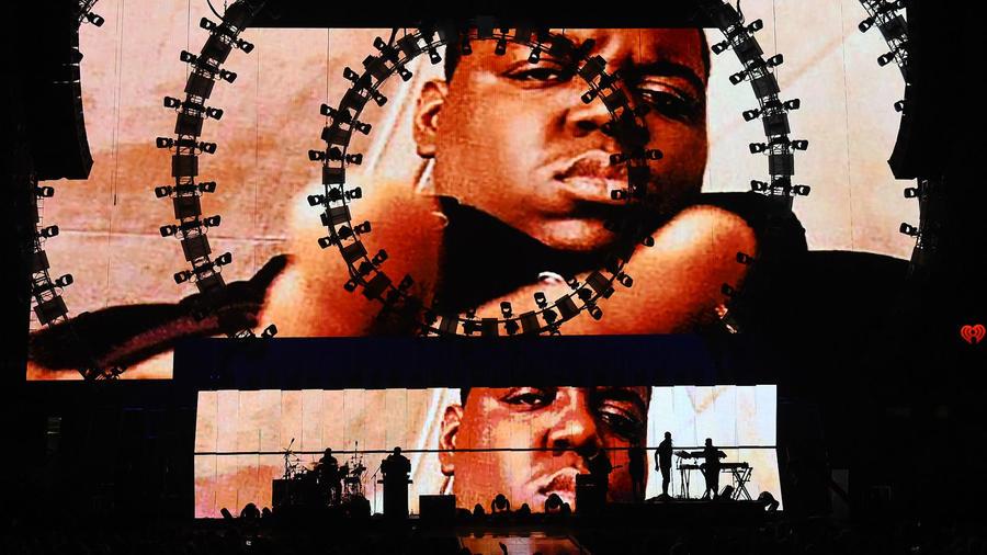 Christopher Wallace, művésznevén Notorious B.I.G. 1997-ben halt meg. A Soul Train Music Awards gálája után tartott hazafelé, amikor egy piros lámpánál tüzet nyitottak autójára egy szomszédos járműből. A gyilkost sosem sikerült azonosítani, de a rapper halálának lehetséges okairól számos teória született. (Wikipedia)