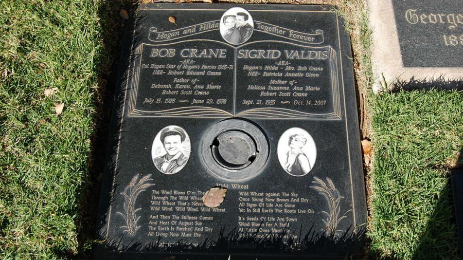 Bob Crane-, aki elsősorban a Hogan's Heroes című sorozat sztárjaként vált ismertté, egy kameraállványként azonosított tárggyal vertek agyon. Ezenkívül egy kábel volt a nyaka köré tekerve. A nyomozás a férfi egyik barátjához vezetett, akinek az autójában megtalálták Crane vérét, de a gyilkosságot nem sikerült rábizonyítani. (Wikipedia)