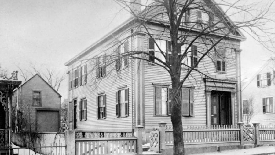 Lizzie Bordent vádolták meg apja és mostaanya megölésével, akiket egy fejszével gyilkoltak meg. A lányt végül felmentették a gyilkosság vádja alól, de sosem derült fény az igazi gyilkos kilétére.  Lizzie csendes, visszahúzodó életet élt, 1927-ben halt meg 67 évesen. (Wikipedia)