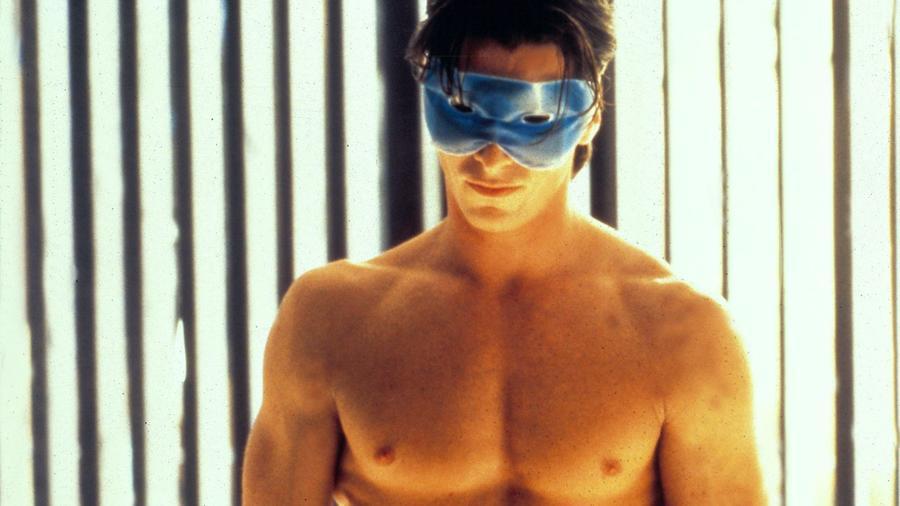 Egyedül Christian Bale tudott úgy eljátszani egy sorozatgyilkost, hogy közben sokan attól olvadoztak, hogy hogy lehet ilyen szexi. Ez a váratlanul bombasikerré váló mozi tele van ikonikus jelenettel, miközben a filmzenéje se akármilyen! Ja, és oly ártatlanul is ritkán tud meghalni valaki, mint Jared Leto az Amerikai pszichóban. (Moviestore Collection/Shutterstock)