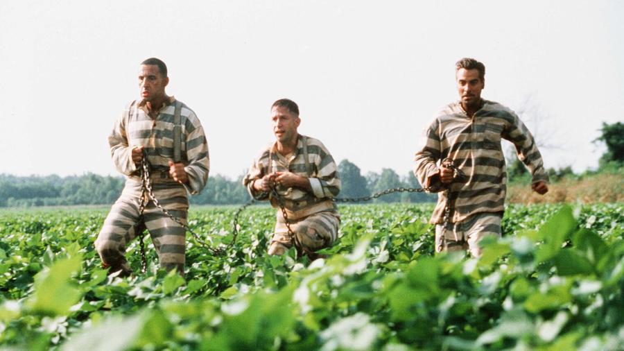 A Coen-testvérek zseniális klasszikusa Homérosz Odüsszeiáját az 1929-ben kezdődő nagy gazdasági világválság korába helyezi, méghozzá az Egyesült Államok déli államaiba. Három ügyefogyott sziszifuszi kalandjai George Clooney, John Turturro és Tim Blake Nelson tolmácsolásában. Húsz év után is tökély újranézni. A filmzene pedig telitalálat, egy-két dalt tuti mindenki hallott már róla, még ha a filmet eddig nem is látta. (Touchstone/Universal/Kobal/Shutterstock)