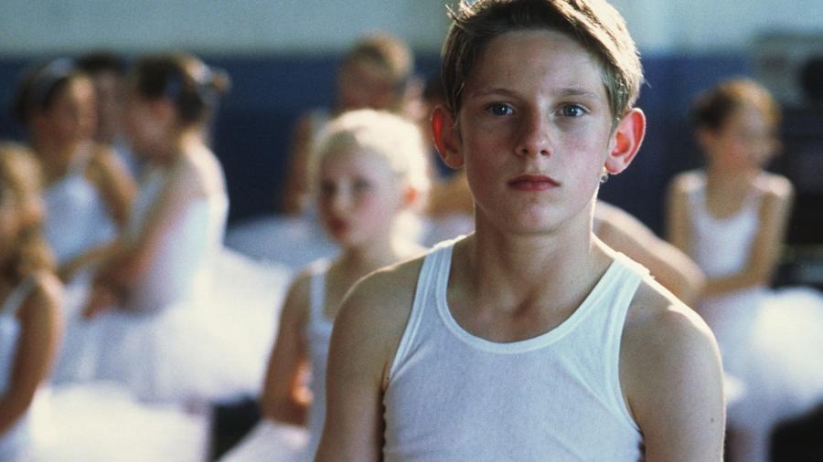 A 2000-es klasszikus főszereplője, a fiatal fiú, Billy Elliot a bokszkesztyű helyett inkább a balettcipőre vált, hogy táncos legyen belőle. (Giles Keyte/Tiger Aspect Pics/Kobal/Shutterstock)