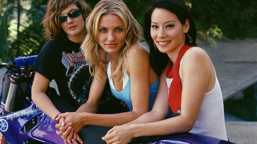 Drew Barrymore, Cameron Diaz és Lucy Liu: három totál dögös, szuperokos és hihetetlenül trendi szépség. A trió simán tud verekedni magas sarkúban, miközben mindig viccesek, egyúttal két lábbal járnak a földön. (Moviestore Collection/Shutterstock)