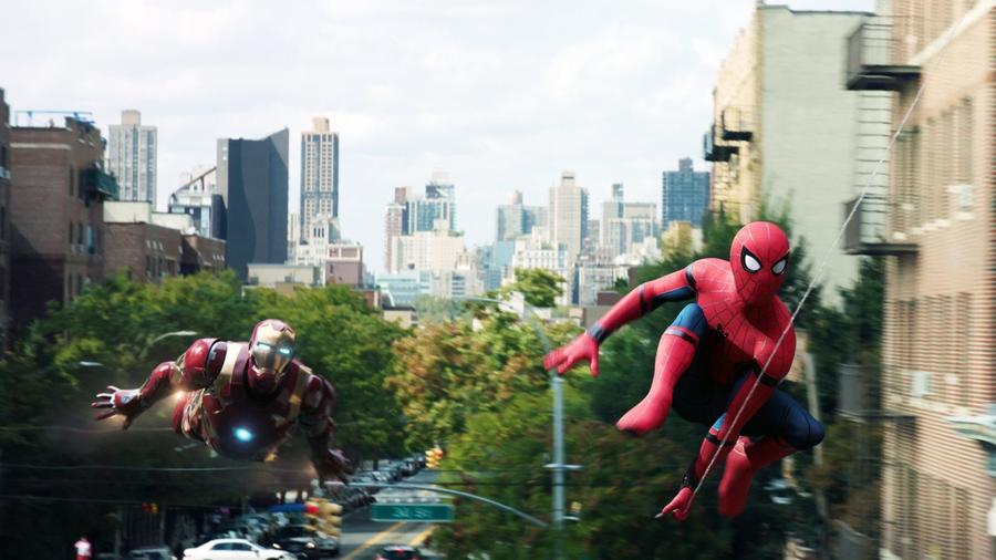 Az egymásra utalgató filmek már az MCU előtt sem voltak ismeretlenek, de a Marvelnél tökélyre fejlesztették a filmeken, szereplőkön, helyszíneken átívelő utalásrendszer műfaját. A Marvel történetfejlesztőinek lehetősége van egy-egy esemény legapróbb magját is elhinteni akár évekkel annak bekövetkezte előtt, ilyenre az MCU előtt nagyon kevés példa akad a mozitörténetben (Disney / Marvel).