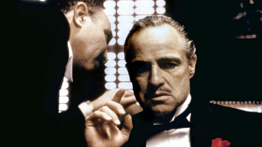 """Marlon Brandónak esze ágában sem volt átvenni a Don Vito Corleone megformálásáért kapott Oscarját az 1973-as gálán. Maga helyett Sacheen Littlefeathert, a 26 éves bennszülött aktivistát és színésznőt küldte Los Angelesbe. A hölgy Brando levelét olvasta fel, melyben a színész visszautasította a szobrocskát """"a filmszakma bennszülöttekkel szemben tanúsított minősíthetetlen bánásmódja"""" miatt. (Paramount Pictures)"""