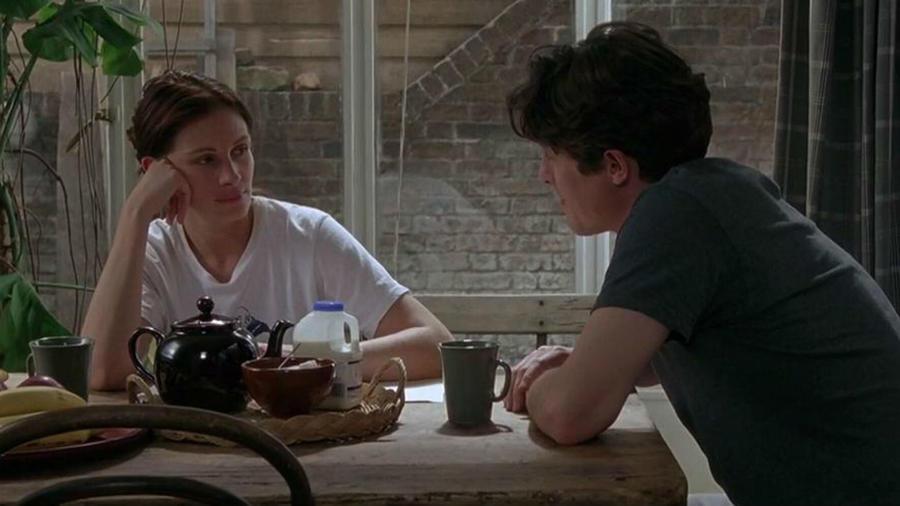 """William (Hugh Grant) elviszi Annát (Julia Roberts) egy vacsorapartira, amit fura szerzet barátai tartanak. Persze nem szól nekik előre, hogy a mozi szupersztárral érkezik. A reakcióik, a tipikus brit beszélgetés, és az, ahogy Annát """"kezelik"""" mind azt juttatja eszünkbe, hogy mi is azt szeretnénk, ha a párunk barátai így fogadjanak minket. (Universal Pictures)"""