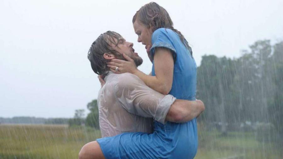Egy elhagyatott ház talán nem tartozik az ideális randihelyszínek közé, de Allie (Rachel McAdams) és Noah (Ryan Gosling) között gyertyafényes vacsora nélkül is beindul a kémia. Érzelmek, vágyakozás, néhol már csöpögős, a Szerelmünk lapjai még a legzordabb szíveket is meglágyítja. (New Line Cinema)