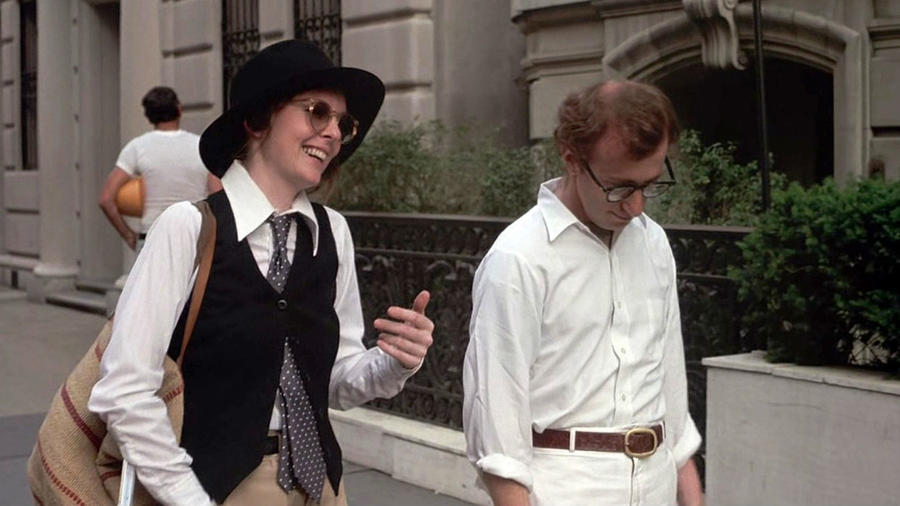 """Alvy (Woody Allen) és Annie (Diane Keaton) igazi New York-iak módjára randiznak: mindig csinálnak valamit – tenisz, főzés, éneklés. Első randijuk a legikonikusabb, ahol Alvy már a legelején felajánlja, hogy csókolózzanak. """"Most megcsókoljuk egymást, túlleszünk rajta, aztán mehetünk enni."""" (United Artists)"""