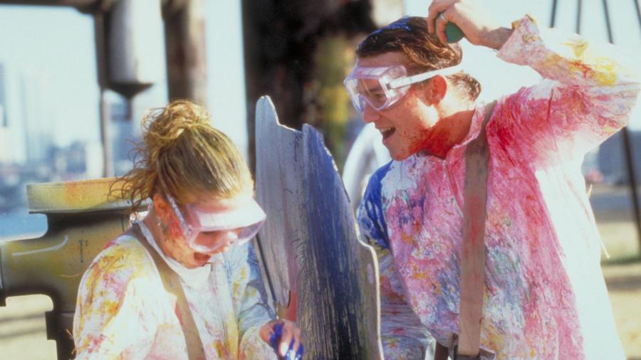 Mi is lehetne jellemzőbb a '90-es évekre, mint egy paintball randi? A makrancos hölgy újragondolásában Patrick (Heath Ledger) és Kat (Julia Stiles) vízibiciklizés után paintballozni mennek, az egész pedig egy szénakazalban végződik óriási csókkal természetesen. Tökéletes. (Buena Vista Pictures)