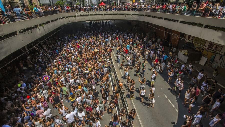 2011-ben a Western Illinois Egyetem campusa közelében megrendezett utcabálon csaknem háromezer ember vett részt, és gyakorlatilag egész nap ittak. Késő délután a mértéktelen alkoholfogyasztás következtében a hangulat már annyira a tetőfokára hágott, hogy a rendőrségnek kellett közbelépnie, ami természetesen több letartóztatást is eredményezett.  (Cris Faga/ZUMA Wire/Shutterstock)