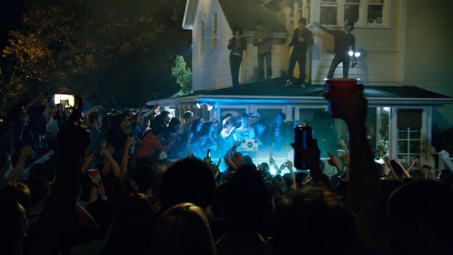 A bulit lefújták, de 5,000 ember érkezett a városba. Mivel a tervezett ünneplés elmaradt, ez az óriási tömeg bevonult a városközpontba, és hatalmas felfordulást csinált. 500 rendőrnek több, mint 5 órájába telt, míg eloszlatták a tömeget. (Green Hat Films)