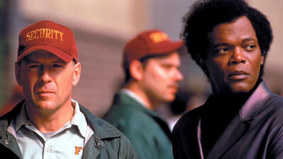 """Bruce Willis ezúttal olyan figurát alakít, aki idővel rájön, emberfeletti képességei vannak. Ezt egyedül egy furcsa betegségben szenvedő hirtelen jött barát érti meg. A szuperhős, aki képtelen megsérülni, közben rájön a Samuel L. Jackson alakította karakter sötét titkára: Mr. Glass egy gonosz terrorista, egyúttal az """"új szuperhős"""" ellentétpárja. (Buena Vista Pictures)"""