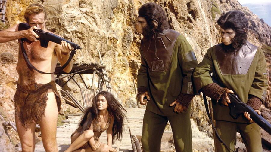 Az egész film alatt mindenki meg van róla győződve, hogy az elveszett űrhajós, Charlton Heston egy másik bolygón harcol a szuperintelligens majmokkal, hogy aztán rájöjjünk, a Pierre Boulle regényéből készült saga a Földön játszódik, csak nem a jelenben, hanem a távoli jövőben. Amikorra a majmok átveszik a hatalmat a telhetetlen emberiség felett. (Twentieth Century Fox)