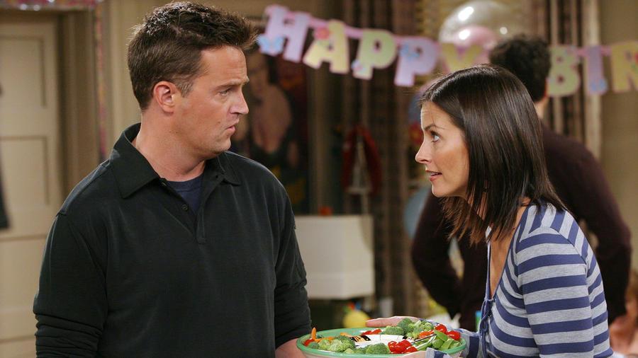 Míg Monica és Chandler mára a TV történelem egyik legikonikusabb párjának számít, akkor nem tűnt olyan egyértelműnek. Kapcsolatuk jó pár kanyart vesz, míg eljut a célegyenesbe. Az igaz, hogy ők ketten mindig is kijöttek egymással, de ki számított volna rá, hogy a végén együtt kötnek ki egy londoni hotelszobában Ross angliai esküvőjén. Agyas megoldás volt, az tuti. (NBC)