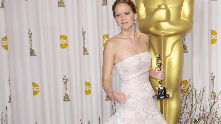 Igaz. Mielőtt Katniss bőrébe bújt volna az Éhezők viadala sorozatban, tényleg meghallgatták az Alkonyat alkotói is. Lawrence azonban ma már örül, hogy nem ő, hanem Kristen Stewart nyerte el végül azt a szerepet. Be kell valljuk, hogy nem csak a színésznő, de sokan mások is örülnek, hogy mindez végül így történt. (Jim Smeal/BEI/Shutterstock)