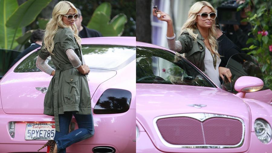 Hopp, mi mására is számíthatnánk Paris Hiltontól, mint egy rózsaszín Bentleyre, ami nagyjából mintegy 285 ezer dollárba fájhatott. (BDG/Shutterstock)
