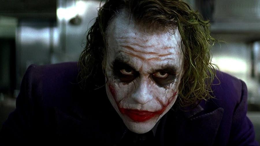 Az egyik legijesztőbb és jellegzetesebb részlet Ledger performanszában az, hogy folyamatosan nyaldossa az ajkait. A forgatás beszédtanára, Gerry Grennell szerint ennek gyakorlati oka volt. A színész arcprotézise (ami a szájába is belógott) folyamatosan lazult játék közben, ezért időnként meg kellett nyalnia az ajkait, hogy a helyén tartsa azt, ez pedig be is épült a karakterbe. (Warner Bros.)